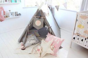 Un-cuarto-para-bebé-y-zona-de-juegos-en-gris-y-rosa-05
